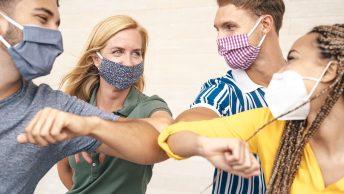 Jeunes portant un masque et se saluant