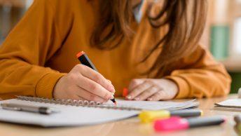 Une étudiante prends des notes